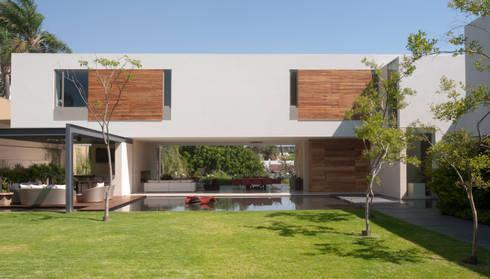 Casa SJ: Jardines de estilo moderno por Gantous Arquitectos