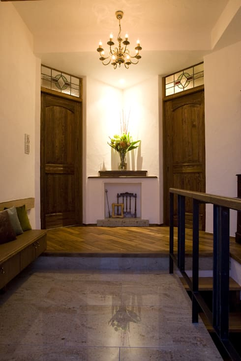 ちいさな塔の家: ソフトデザイン1級建築士事務所が手掛けた廊下 & 玄関です。