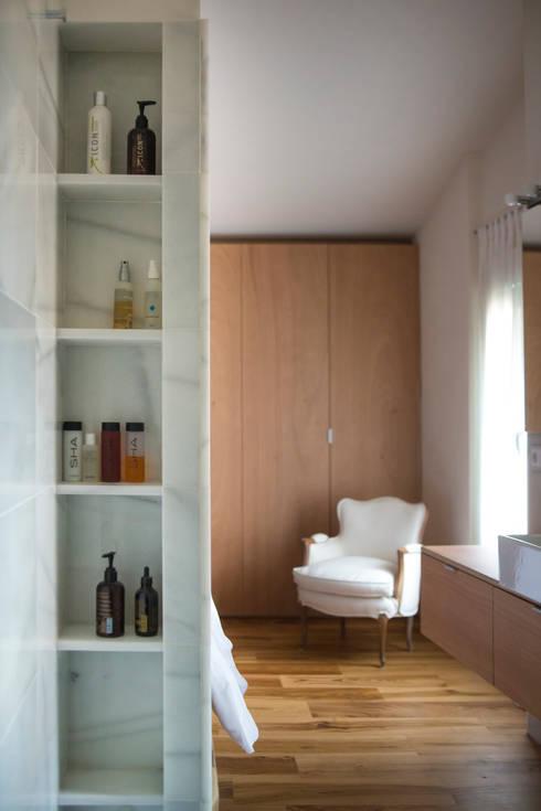 Baños de estilo moderno por DMP arquitectura