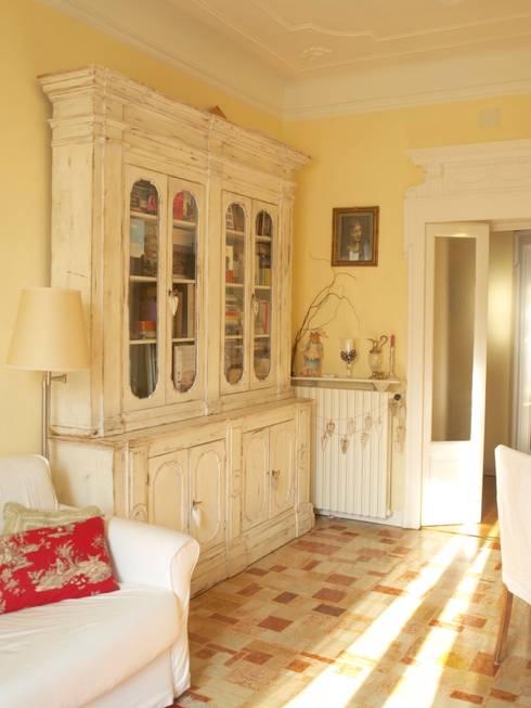 soggiorno: Soggiorno in stile in stile Classico di Cinzia Corbetta
