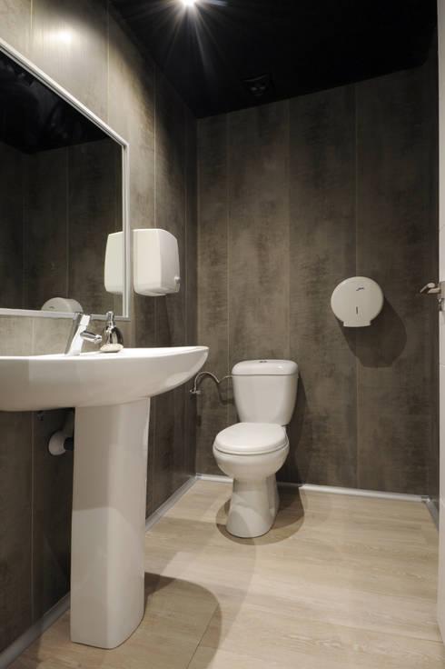 Después del baño, suelo vinílico y paredes con paneles vinílicos. : Bares y Clubs de estilo  de Casas a Punto home staging