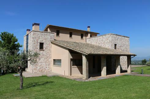 Villa in campagna ad assisi di studio di bioarchitettura for Case in stile nord ovest pacifico