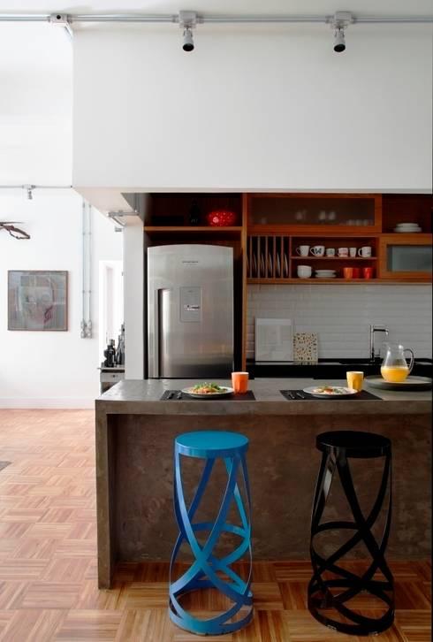 Apartamento Laranjeiras: Cozinhas modernas por Barbara Filgueiras arquitetura