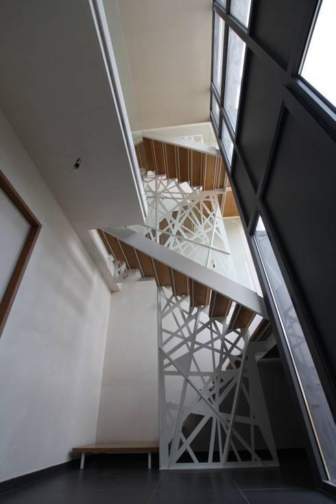 Corridor & hallway by XVDH Architecture