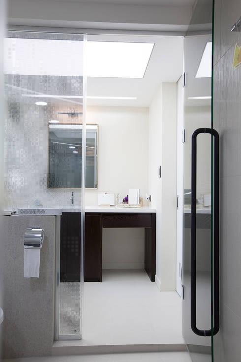 인천 부평 동아2단지 63평형: MID 먹줄의  욕실