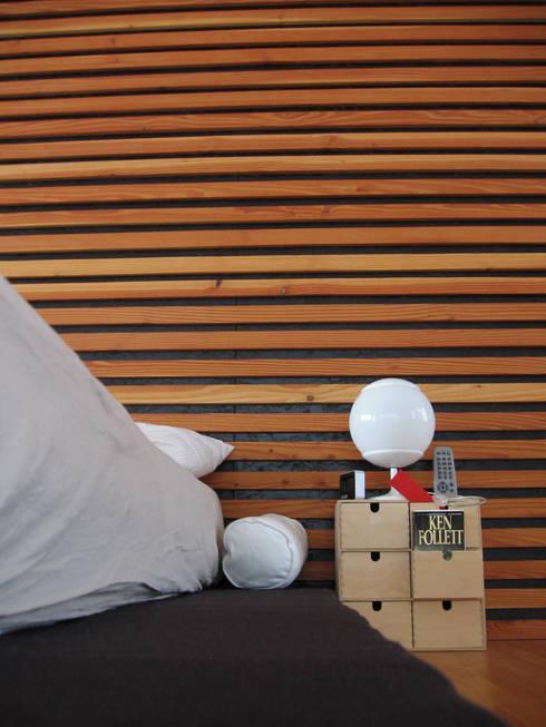 Camera: Camera da letto in stile in stile Moderno di Studio Architettura x Sostenibilità