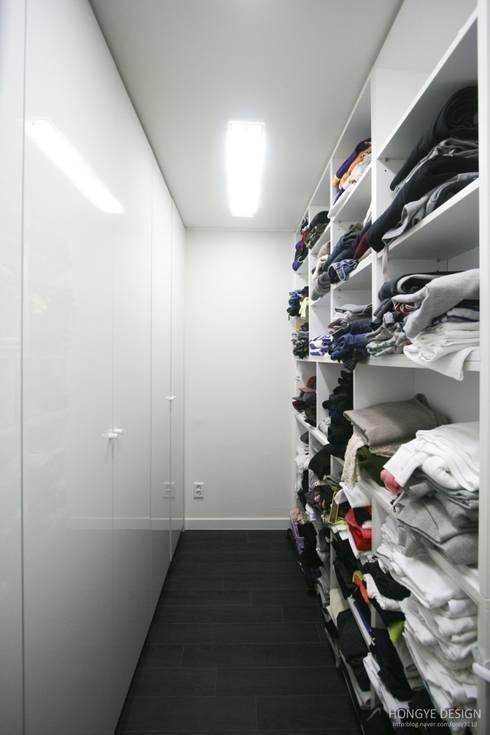 블랙&화이트 인테리어 : 홍예디자인의  드레스 룸
