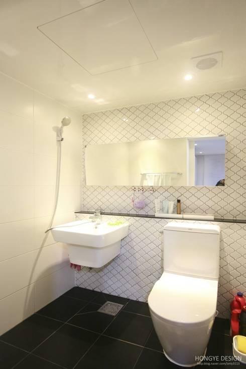 타일: 홍예디자인의  욕실