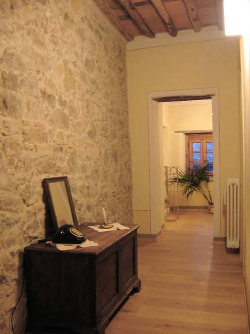 corridoio camere: Ingresso & Corridoio in stile  di Studio Architettura x Sostenibilità