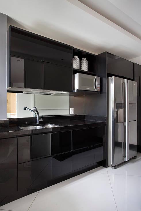 Cobertura Duplex Edificio Mandarim - Condomínio Peninsula: Cozinhas  por Cadore Arquitetura