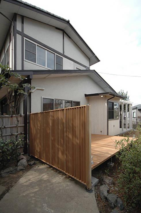 ウッドデッキと目隠し: 大庭建築設計事務所が手掛けた家です。