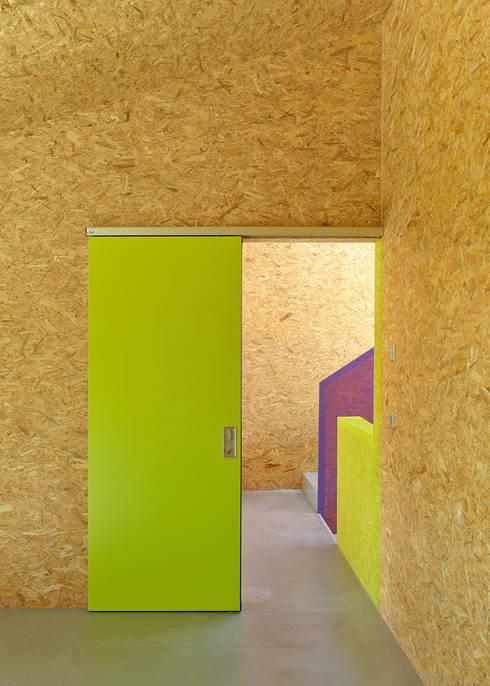 MMR _ maison à réchy: Chambre d'enfant de style  par évéquoz ferreira architectes