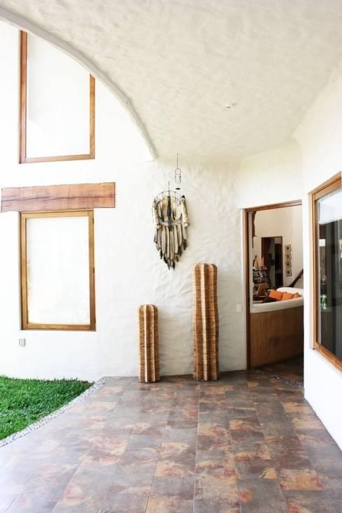 Pasillo Exterior Primer Piso: Paisajismo de interiores de estilo  por Cenquizqui