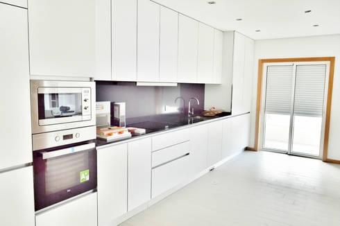 Estrela da Barra VIII: Cozinhas modernas por Imoproperty - Real Estate & Business Consulting