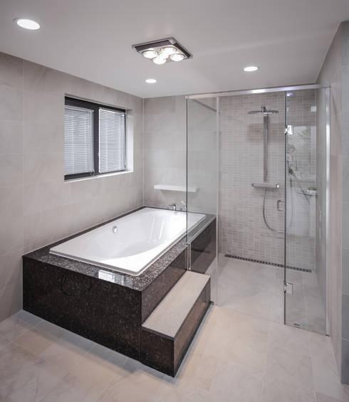 평창동주택: 유오에스건축사사무소(주)의  욕실