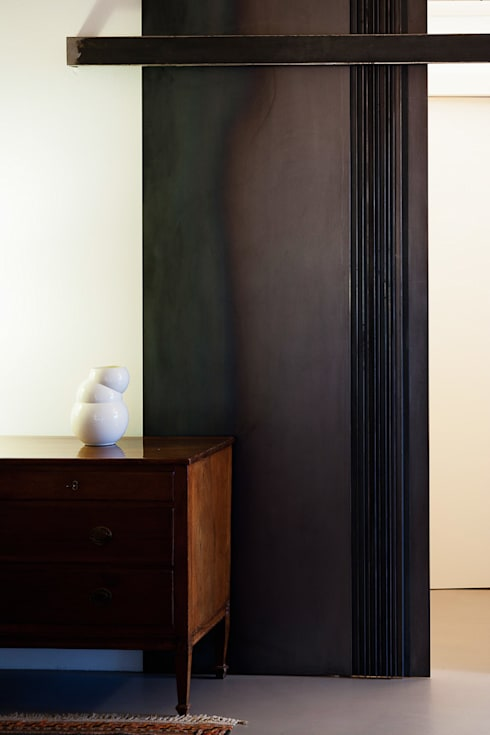 Porta scorrevole: Finestre & Porte in stile  di SARA DALLA SERRA ARCHITETTO