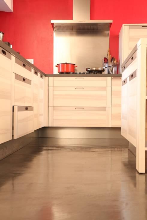 Sol cuisine béton ciré: Cuisine de style de style Moderne par Les Bétons de Clara