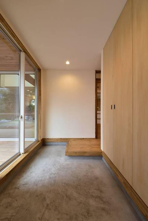 Projekty,  Korytarz, przedpokój zaprojektowane przez アトリエdoor一級建築士事務所