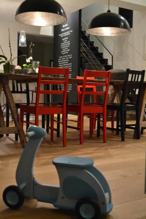 Maison L: Salle à manger de style  par Courants Libres
