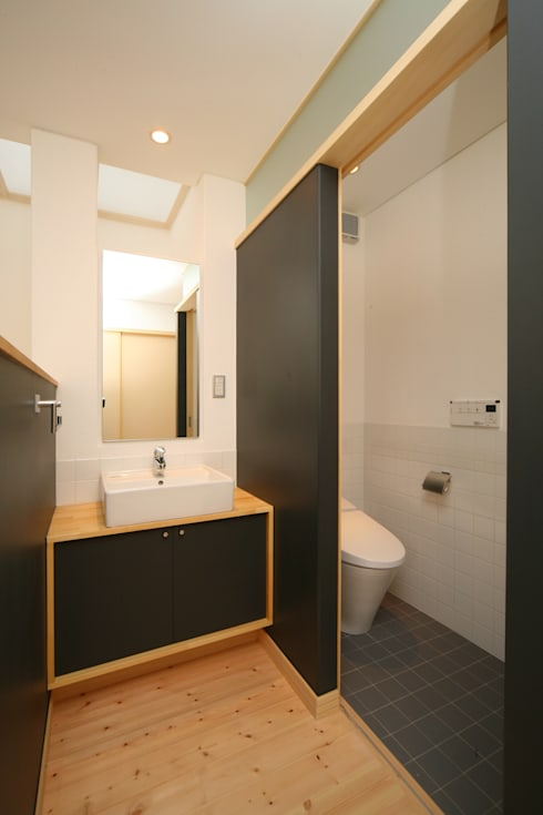 昼用の手洗いコーナー: 篠田 望デザイン一級建築士事務所が手掛けた浴室です。