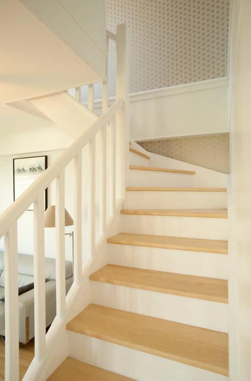 Un Duplex revisité -Neuilly: Couloir et hall d'entrée de style  par ATELIER FB