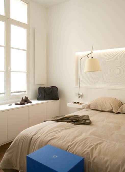 Un pied à terre contemporain -Paris-2e: Chambre de style  par ATELIER FB