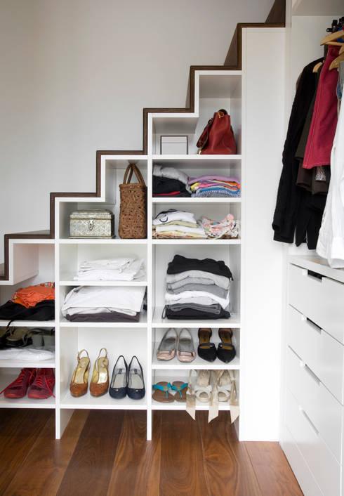 Appartement familial atypique : réaménagement de chambres de services-Paris-16e : Couloir et hall d'entrée de style  par ATELIER FB