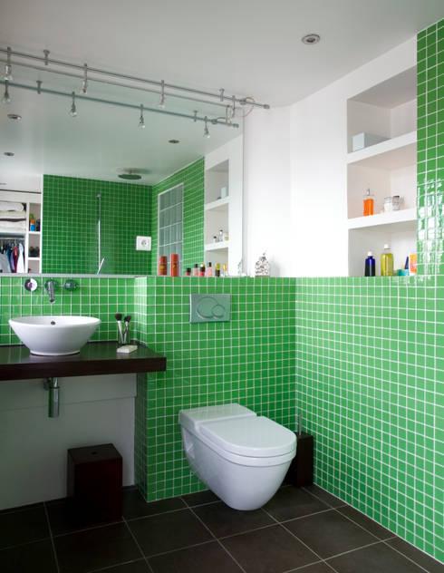 Appartement familial atypique : réaménagement de chambres de services-Paris-16e : Salle de bains de style  par ATELIER FB