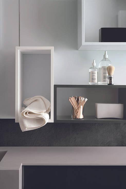Magnetika bathroom - mensole magnetiche e boiserie in metallo: Bagno in stile  di Ronda Design