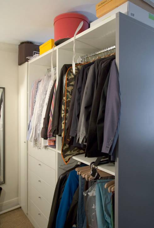 Appartement pour amateur de souliers-Paris-1e: Dressing de style  par ATELIER FB