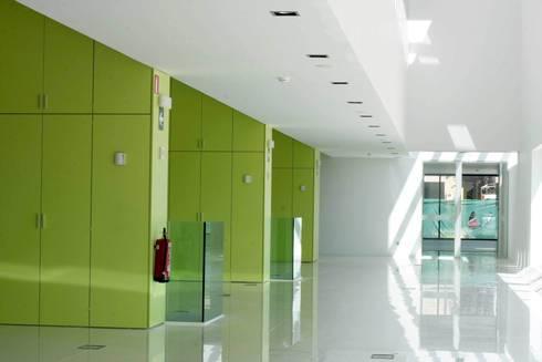Taquillas y cabinas fenólicas, perfectas para instalaciones deportivas: Pasillos y vestíbulos de estilo  de SPIGOGROUP