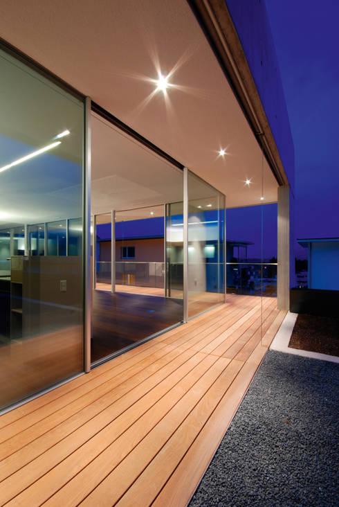 Xtravision: Finestre & Porte in stile in stile Minimalista di Impronta