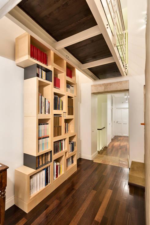 CASA BL CONVERSANO BARI: Ingresso & Corridoio in stile  di Studio Bugna