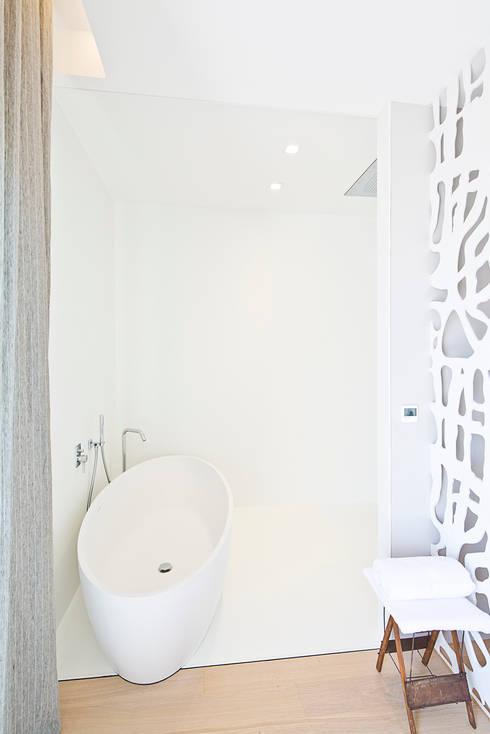 Appartement carte blanche: Salle de bains de style  par Anne-Maud & Natacha