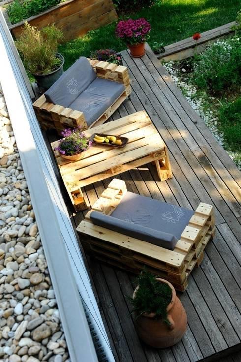 Balcones y terrazas de estilo industrial por palettenmoebel.at