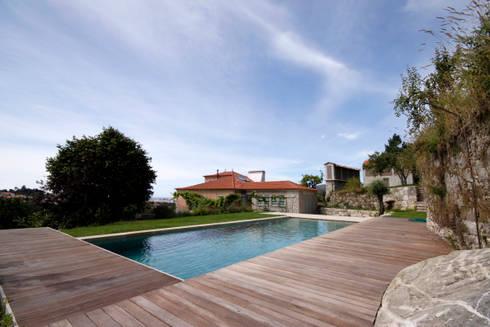 House Âncora: Piscinas rústicas por Branco Cavaleiro architects