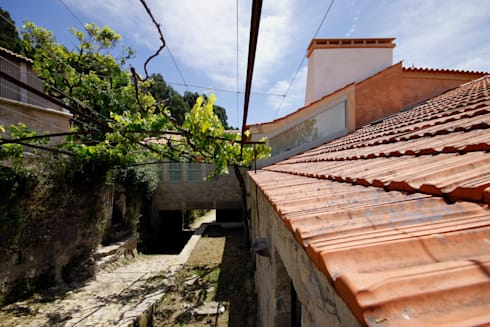 House Âncora: Casas rústicas por Branco Cavaleiro architects