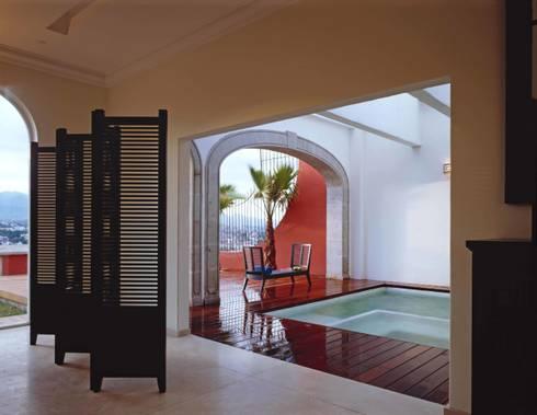 Robles: Albercas de estilo colonial por Micheas Arquitectos