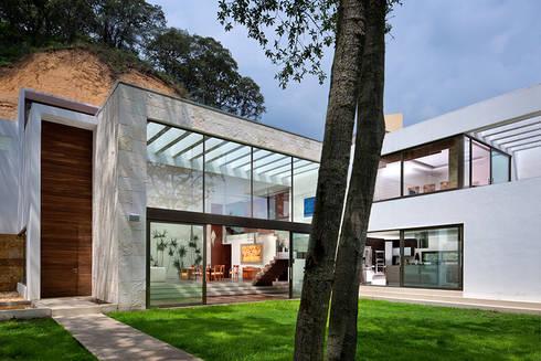 P& B : Jardines de estilo moderno por Micheas Arquitectos