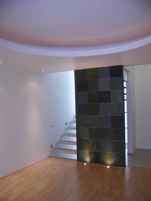 Projekty,  Korytarz, przedpokój zaprojektowane przez Micheas Arquitectos