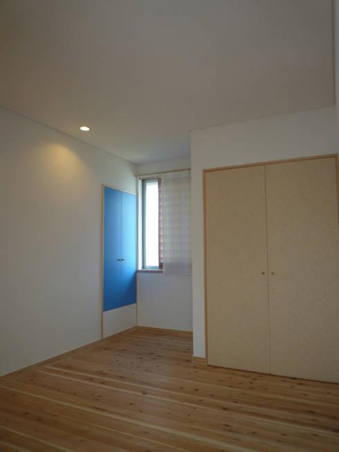 マグネット黒板の扉: 篠田 望デザイン一級建築士事務所が手掛けた子供部屋です。