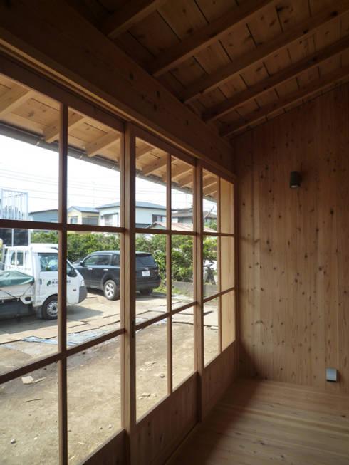 縁側テラス: 篠田 望デザイン一級建築士事務所が手掛けたベランダです。