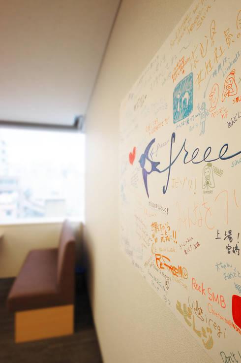 Oficinas y Tiendas de estilo  por 株式会社ヴィス