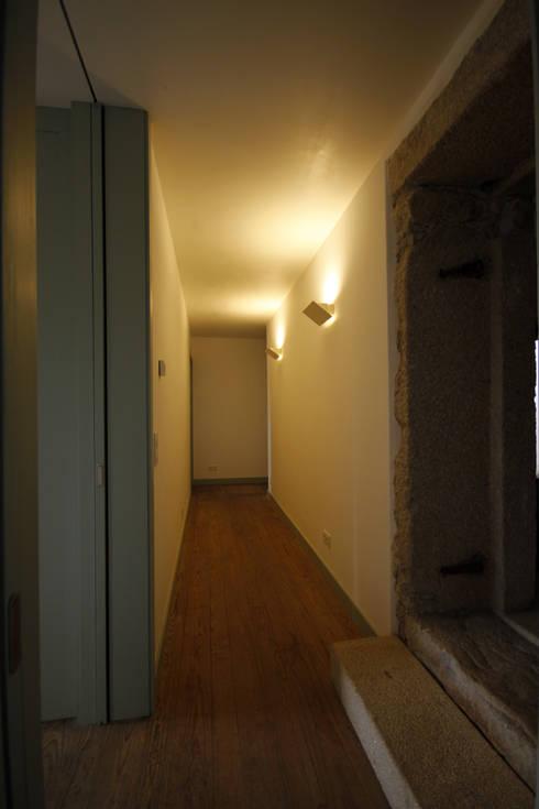 House Âncora: Corredores e halls de entrada  por Branco Cavaleiro architects