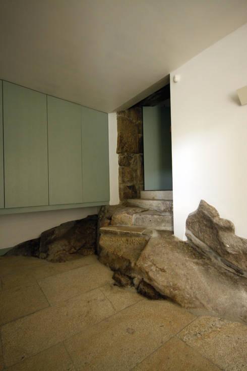 House Âncora: Quartos rústicos por Branco Cavaleiro architects