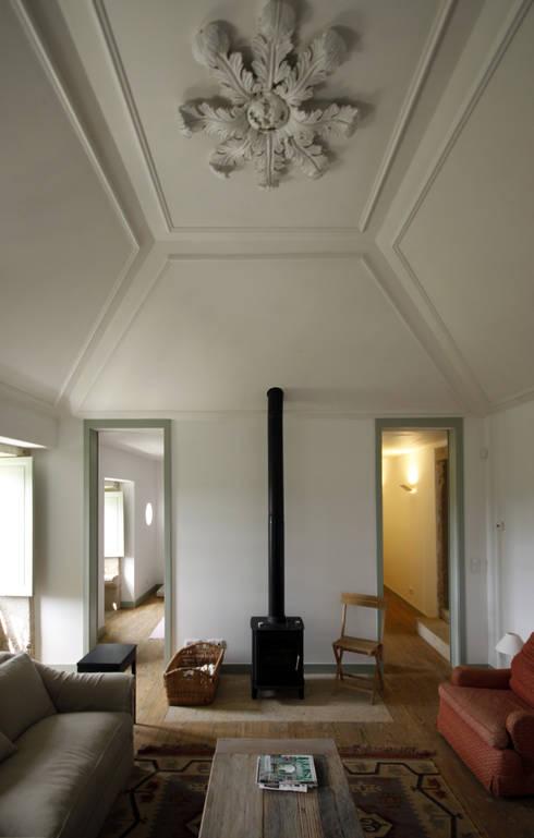 House Âncora: Salas de estar  por Branco Cavaleiro architects