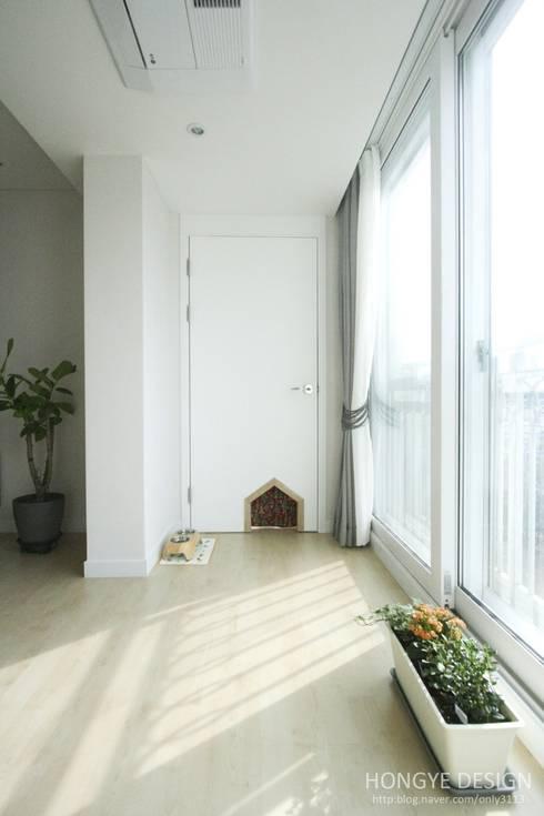 고양이 문: 홍예디자인의  거실