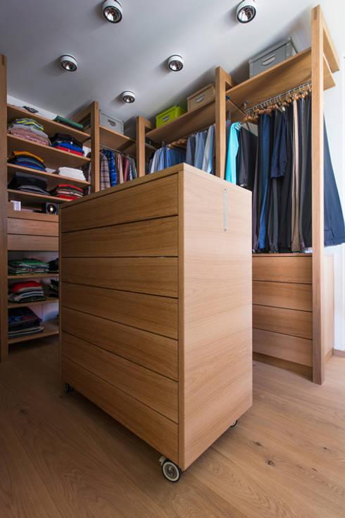 Schubladenschrank mit Krawatten Vitrine - beidseitig ausziehbar:  Ankleidezimmer von DESIGNWERK Christl