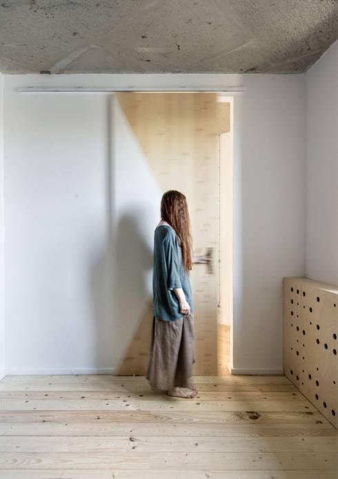 Dormitorios de estilo  de INT2architecture