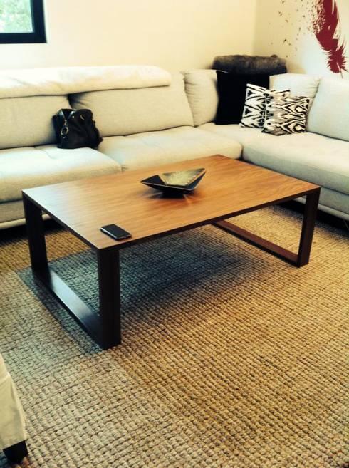 mesa central: Salas de estilo  por modula